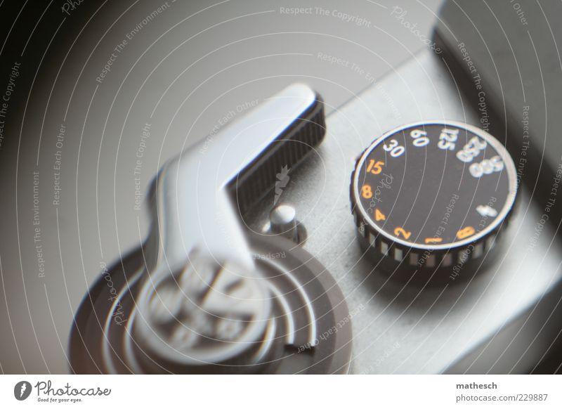 Augenblick Fotokamera Metall schwarz silber analog Fotografie Gedeckte Farben Innenaufnahme Detailaufnahme Experiment Hintergrund neutral Schwache Tiefenschärfe