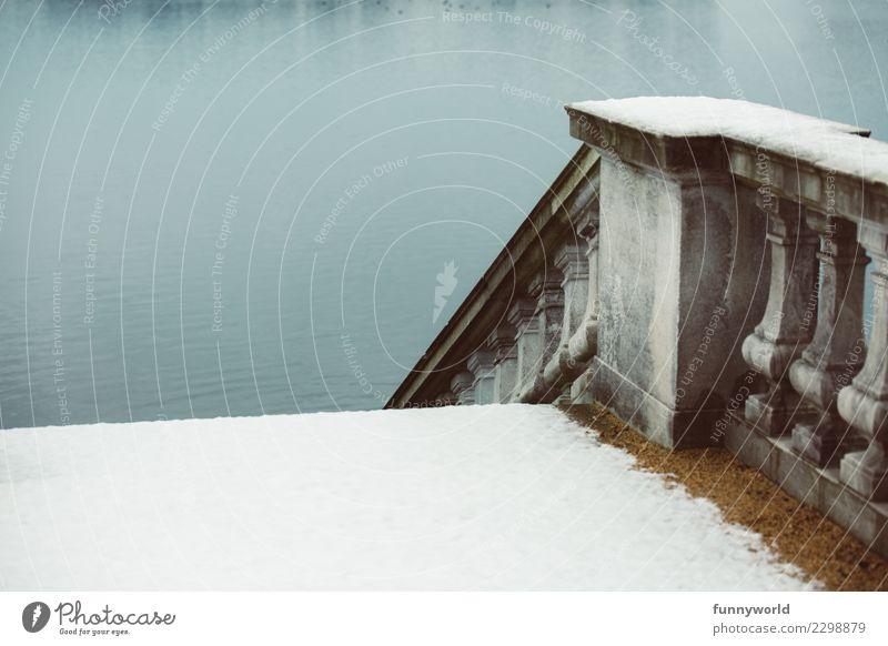 Vom Schnee ins Wasser Einsamkeit Architektur kalt Tod Stein See Treppe Zukunft Beton Fluss Trauer Zukunftsangst Geländer Treppengeländer