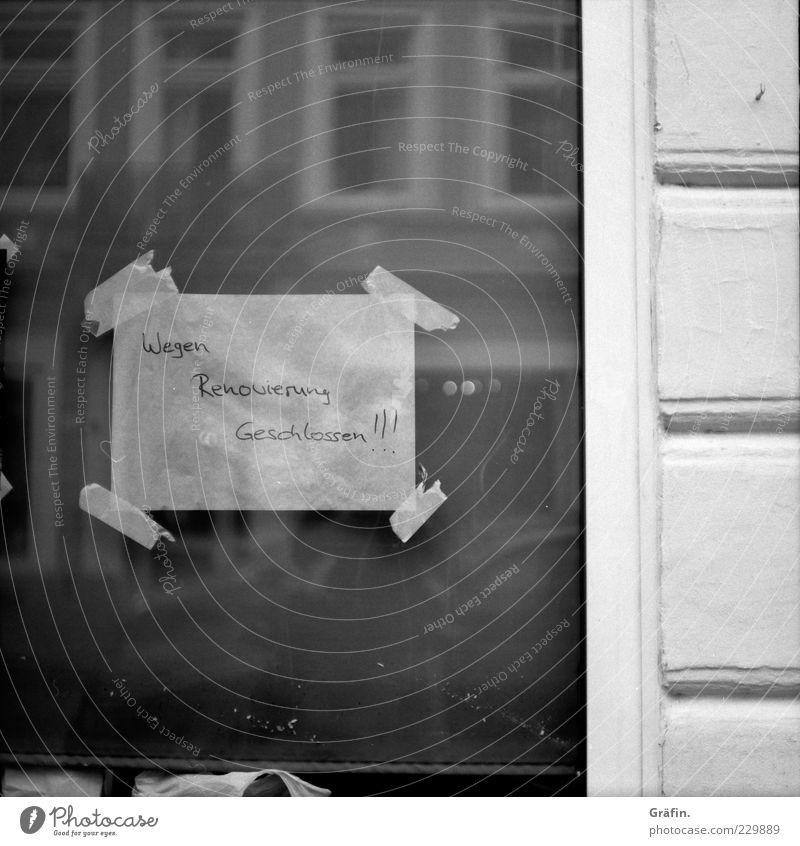 Wegen Renovierung geschlossen alt weiß schwarz Fenster Wand grau dreckig Fassade Schilder & Markierungen Papier Schriftzeichen Buchstaben einfach trashig Fensterscheibe Renovieren