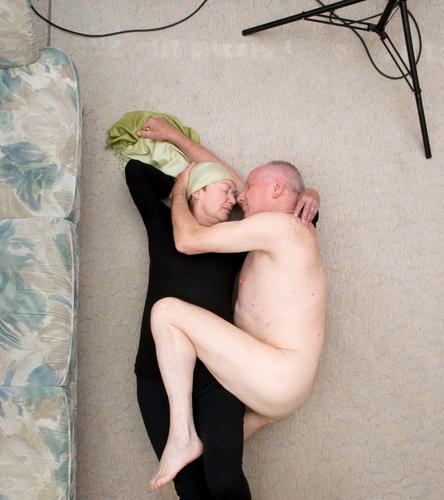 zwei schön harmonisch Zufriedenheit Mensch Weiblicher Senior Frau Männlicher Senior Mann Paar Partner Leben berühren Liebe Umarmen alt Glück nackt natürlich