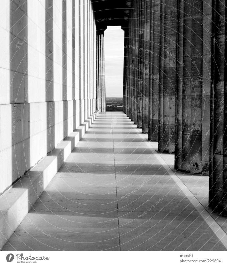 die Säulen der Erde alt Wand Architektur Stein Gebäude Mauer Fassade Bauwerk Denkmal Wahrzeichen Sehenswürdigkeit Gang Schwarzweißfoto Lichteinfall Bayern