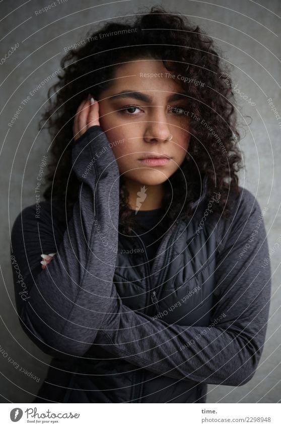 Nikolija feminin Frau Erwachsene 1 Mensch Mauer Wand Jacke Piercing Haare & Frisuren brünett langhaarig Locken beobachten festhalten Blick dunkel schön Gefühle