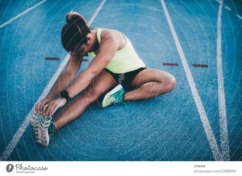 Weibliche athletische Frau, die nach laufendem Training ausdehnt Lifestyle Sport Leichtathletik Erfolg Joggen Stadion Rennbahn Mensch Erwachsene Konkurrenz