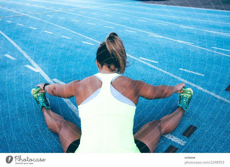 Weiblicher Athlet, der vor Training auf Laufbahn aufwärmt Lifestyle Sport Leichtathletik Erfolg Joggen Stadion Rennbahn Mensch Frau Erwachsene blau Konkurrenz