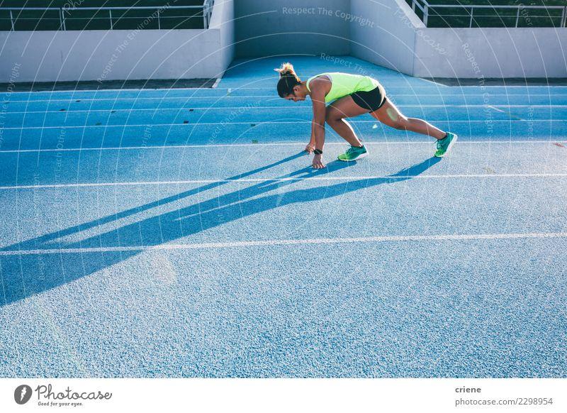 Geeigneter weiblicher Athlet, der Sprints auf Laufbahn tut Lifestyle Sport Leichtathletik Erfolg Stadion Mensch Frau Erwachsene Schuhe Fitness blau Beginn