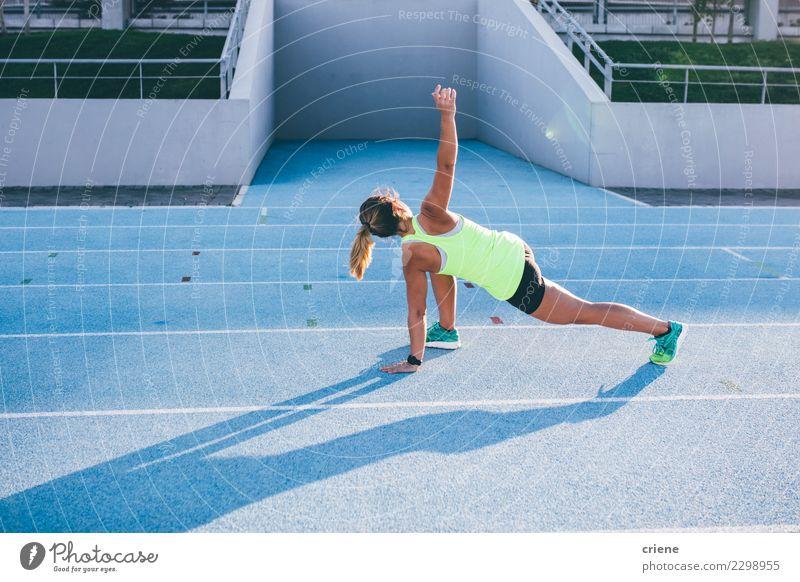 Fit kaukasischen Erwachsenen Erwärmung für Lauftraining Lifestyle Sport Leichtathletik Erfolg Stadion Mensch Frau Schuhe Fitness blau Beginn Konkurrenz rennen