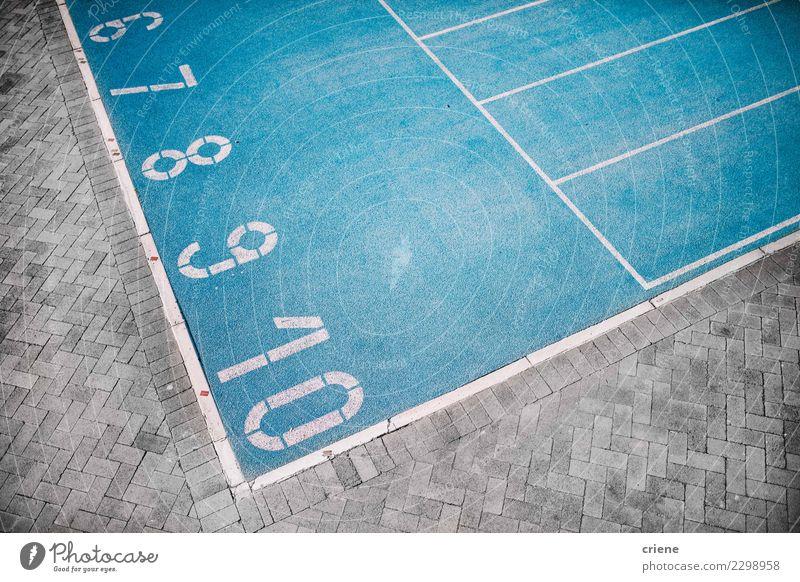 Foto der blauen Laufbahn mit Zahlen Lifestyle Sport Leichtathletik Erfolg Stadion Fitness Beginn Konkurrenz rennen Athlet Bahn Läufer Sprinter sportlich laufen