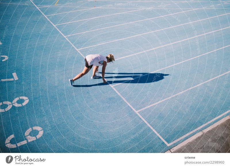 Kaukasischer weiblicher Athlet, der auf blauer Laufbahn läuft Lifestyle Sport Leichtathletik Erfolg Stadion Mensch Frau Erwachsene Schuhe Fitness Beginn