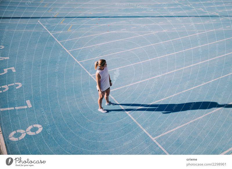 Junger weiblicher Athlet auf blauer Laufbahn Lifestyle Sport Leichtathletik Erfolg Stadion Mensch Frau Erwachsene Schuhe Fitness Beginn Konkurrenz rennen Bahn