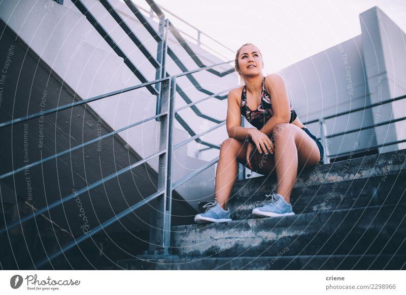 Weiblicher Athlet, der eine Pause vom Ausarbeiten hat Frau Erwachsene Lifestyle Sport hell modern Aktion Fitness Müdigkeit Tatkraft üben ruhen Kaukasier