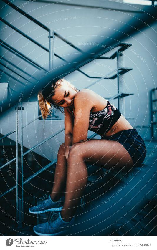 Kaukasische Sitzfrau, die auf Treppe in der Sportkleidung sitzt Frau Erwachsene Lifestyle hell modern Aktion Fitness Müdigkeit Tatkraft üben ruhen Kaukasier