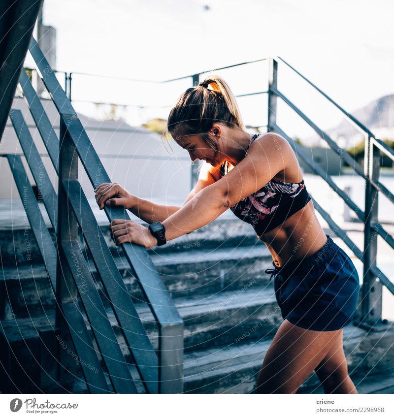 Geeigneter lächelnder weiblicher Erwachsener, der nach erschöpfendem Training stillsteht Frau Lifestyle Sport hell modern Aktion Fitness Müdigkeit Tatkraft üben