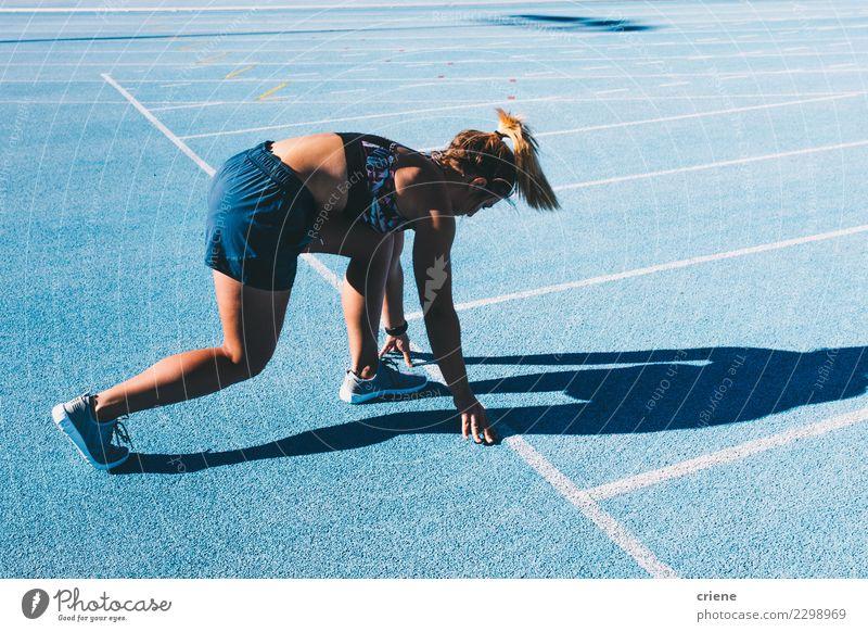 Geeignete Frau, die für Marathon auf blauer Laufbahn übt Lifestyle Sport Leichtathletik Erfolg Stadion Mensch Erwachsene Schuhe Fitness Beginn Konkurrenz rennen