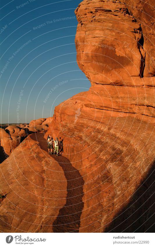 Spaziergang im Fels Arches National Park Nationalpark Utah Delicate Arch Weitwinkel Abenddämmerung USA Gesteinsformationen Felsen Felswand Ausflugsziel Tourist