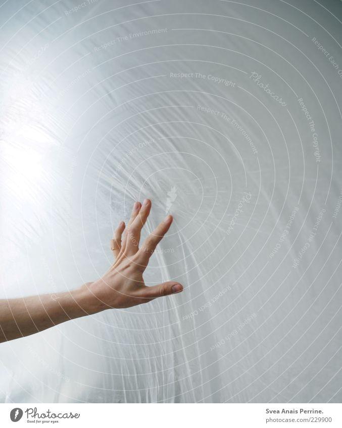 jenseits des diesseits. Arme Hand Finger festhalten dünn Traurigkeit Sorge berühren Folie Männerhand abstrakt Farbfoto Gedeckte Farben Innenaufnahme
