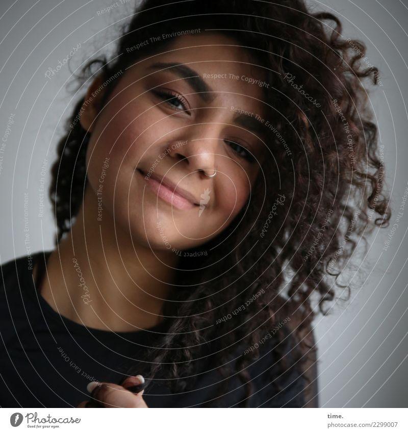 . Frau Mensch schön Erwachsene Leben feminin Glück Haare & Frisuren Lächeln Fröhlichkeit beobachten Freundlichkeit langhaarig brünett Locken