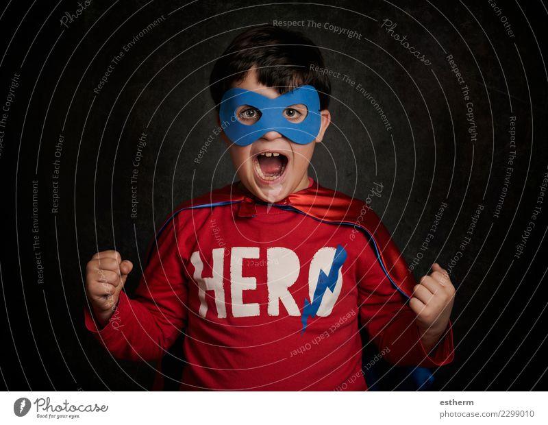 Glückliches kleines Kind, das Superhelden spielt Mensch Freude Lifestyle Gefühle Bewegung Spielen Feste & Feiern Party maskulin Kindheit Kraft Fröhlichkeit