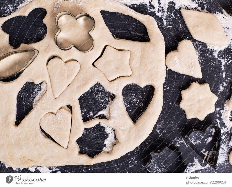 Teigform zum Backen von Keksen Teigwaren Backwaren Kuchen Tisch Küche Herz frisch oben schwarz weiß Stern Top gebastelt Hintergrund Lebensmittel Mehl Holzplatte