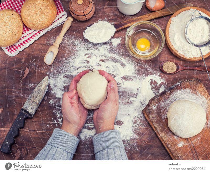 weiß Hand natürlich Holz braun oben Körper frisch Arme Tisch Küche Brot Schalen & Schüsseln Essen zubereiten Backwaren Messer