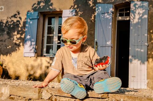 Autonarr2 Freizeit & Hobby Spielen Kind Mensch maskulin Junge Kindheit 1 1-3 Jahre Kleinkind Umwelt Schönes Wetter Baum Garten Südfrankreich Mauer Wand Treppe
