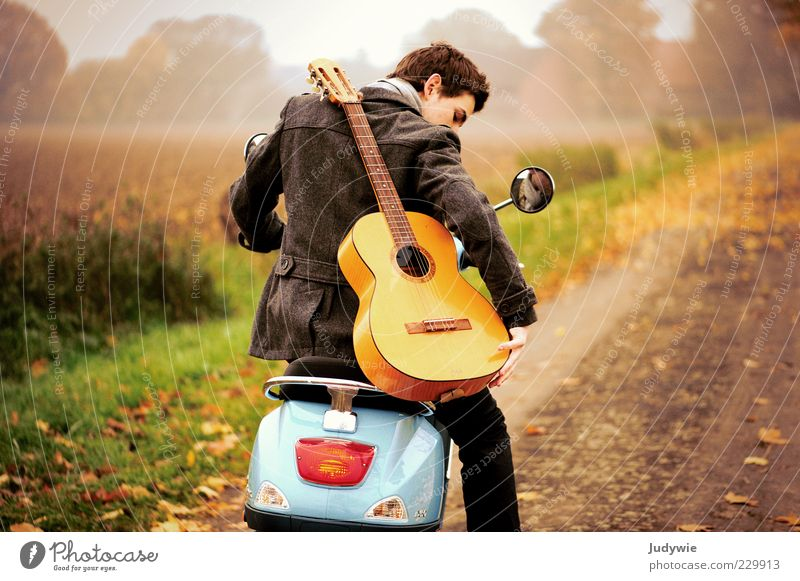 Unterwegs Stil Ausflug Freiheit Mensch maskulin Junger Mann Jugendliche Erwachsene Leben Jugendkultur Musik Musiker Gitarre Umwelt Natur Landschaft Herbst Nebel