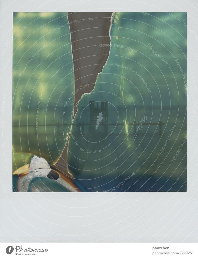 Polaroid zeigt einen Sprungturm und Steg  in einem See. Natur Wasser Himmel Ammersee blau Sprungbrett Fleck kaputt Gedeckte Farben Abend Lichterscheinung
