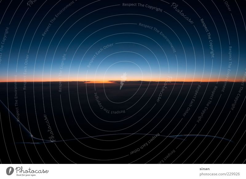 Himmel oder Weltall? Luft Erde Wolken Nachthimmel Horizont Sonne Sonnenaufgang Sonnenuntergang Klima Flugzeug im Flugzeug Flugzeugausblick ästhetisch bedrohlich