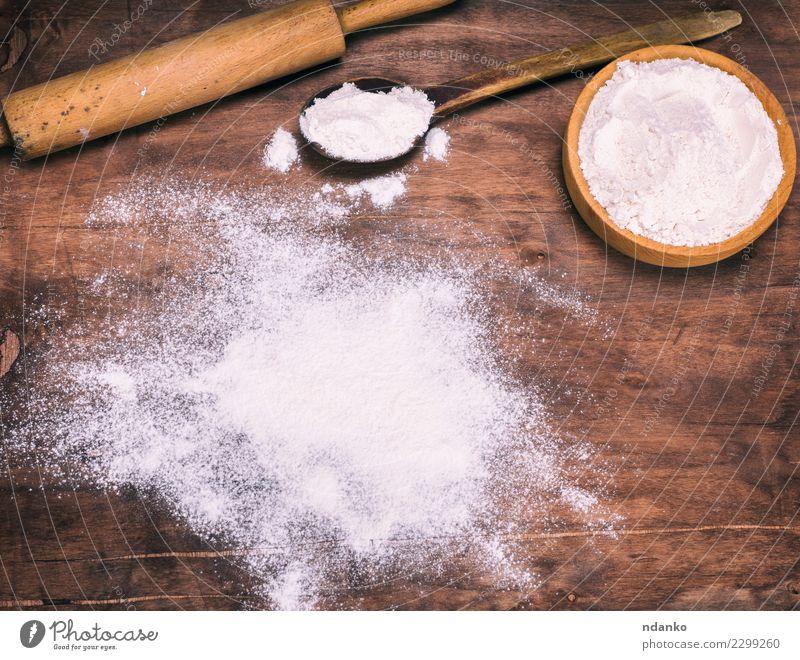 verstreutes weißes Weizenmehl Lebensmittel Teigwaren Backwaren Brot Schalen & Schüsseln Löffel Tisch Küche Holz retro braun Essen zubereiten kulinarisch backen