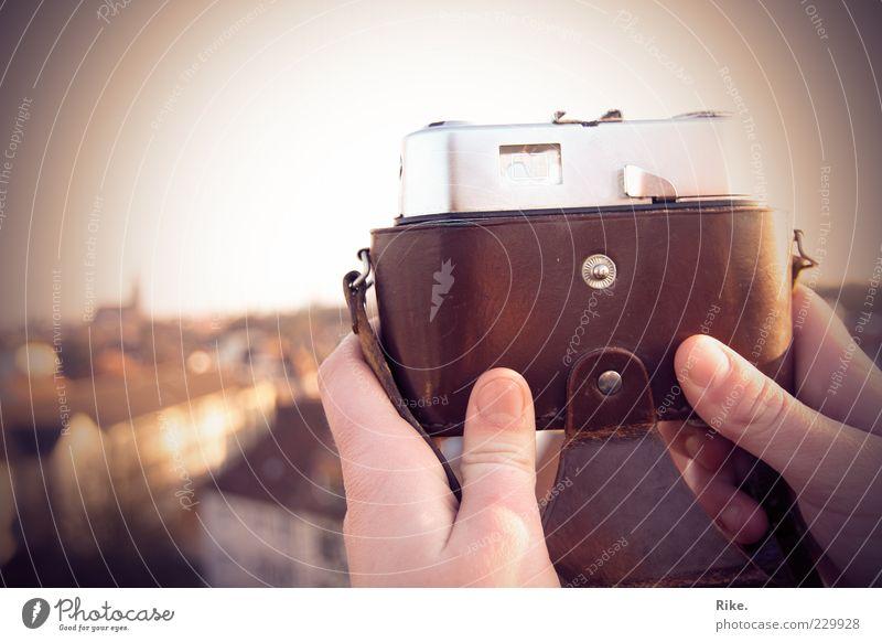 Durchblick - Ausblick - Weitblick. Ferne Sommer Fotokamera Hand Fotografie Dach Blick alt frei Unendlichkeit historisch einzigartig retro Fernweh entdecken