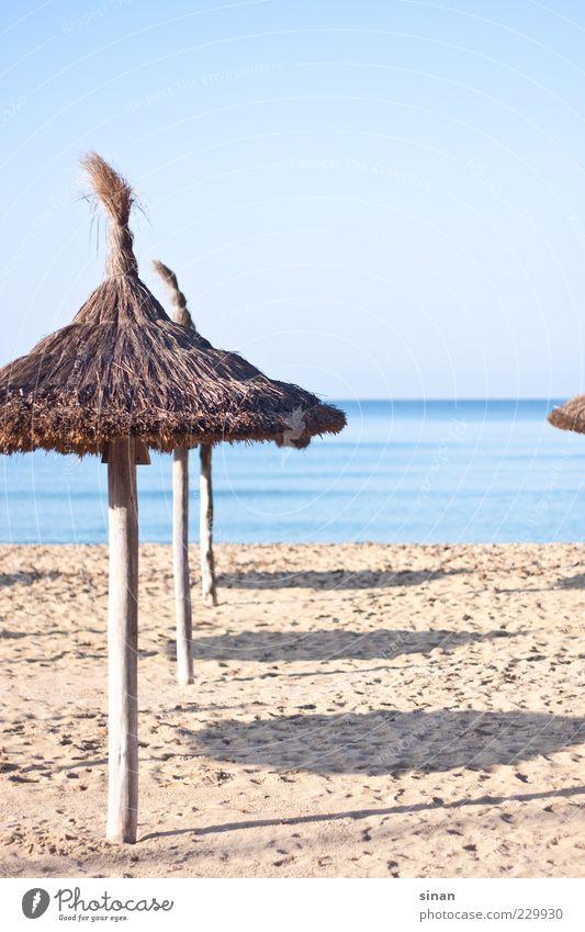 Sonnenschirme am Strand Lifestyle ruhig Umwelt Landschaft Sand Wasser Himmel Horizont Sommer Schönes Wetter Küste Meer Mittelmeer Insel Mallorca ästhetisch