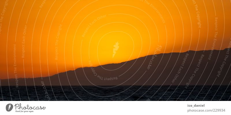 Orange Ferne Freiheit Natur Himmel Wolkenloser Himmel Sonnenaufgang Sonnenuntergang Sonnenlicht Schönes Wetter Wärme Hügel Berge u. Gebirge Küste Meer Pazifik