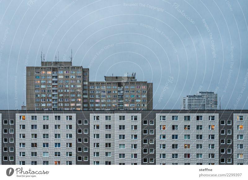 Mein Block I Wolken Stadt bevölkert Haus Hochhaus Häusliches Leben Berlin Farbfoto Gedeckte Farben Außenaufnahme Menschenleer Textfreiraum oben Morgendämmerung