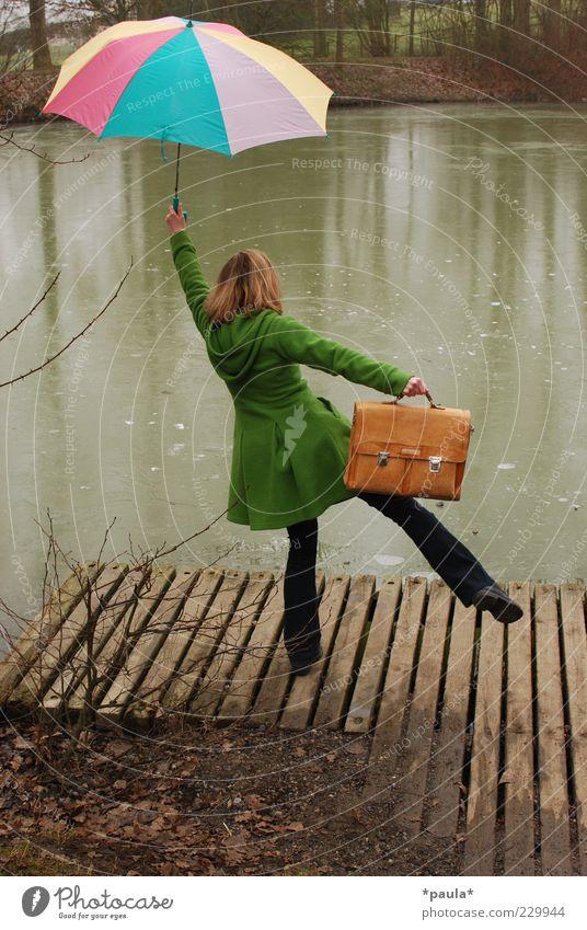 Gegen graues Wetter! Lifestyle Freude feminin Junge Frau Jugendliche 1 Mensch 18-30 Jahre Erwachsene Wasser Herbst Winter schlechtes Wetter Seeufer Teich Mode