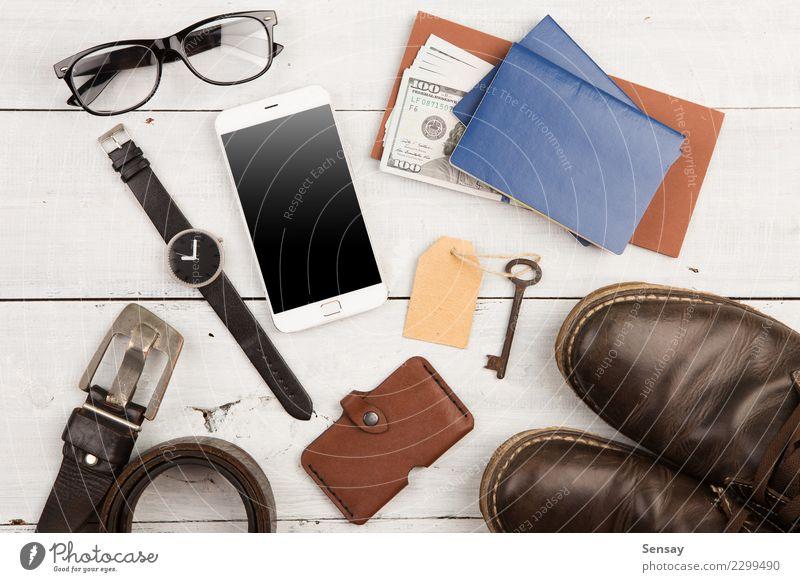 eine Menge coole Sachen mit Telefon und anderen Dingen Ferien & Urlaub & Reisen Mann weiß Erwachsene Mode Büro Aussicht Schuhe Tisch beobachten Coolness Geld