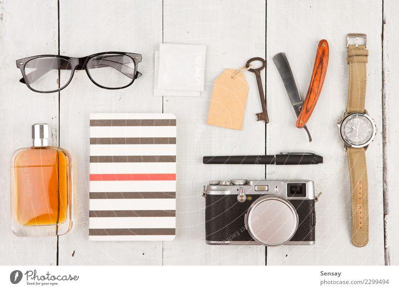 Reisekonzept - Satz des kühlen Materials mit Kamera und anderen Sachen Ferien & Urlaub & Reisen Mann weiß Erwachsene Mode Büro Aussicht Tisch Fotografie
