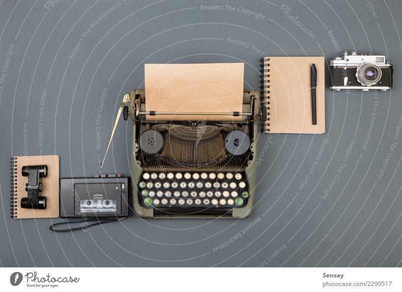 Journalist oder Detektivarbeitsplatz alt schwarz Textfreiraum Büro retro Tisch Buch Papier beobachten Information schreiben Spuren Schreibtisch Zeitung