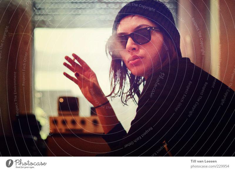 weiß schwarz gelb Fenster dreckig Bekleidung Coolness Rauchen Hut brünett Sonnenbrille Pullover langhaarig Fensterladen Fensterrahmen Blick