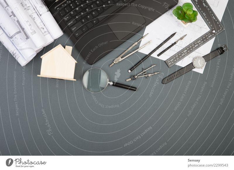 Arbeitsplatz des Architekten - Konstruktionszeichnungen, Skalamodell Design Wohnung Haus Schreibtisch Tisch Büroarbeit Industrie Business Computer Notebook
