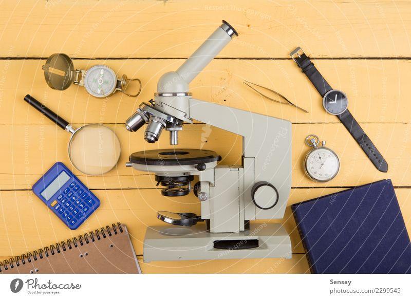 Bildungskonzept - Notizblock, Mikroskop auf dem Schreibtisch Tisch Wissenschaften Schule lernen Klassenraum Tafel Studium Labor Buch Bibliothek Holz schreiben
