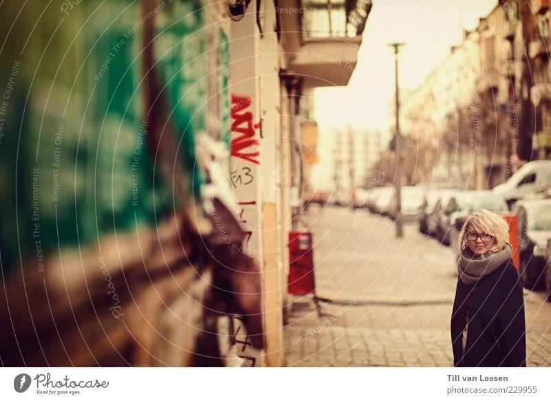 <<<<goforawalk>>>> Haus Gebäude Mauer Wand PKW Jacke Schal blond stehen authentisch nerdig grün rot weiß Gefühle Warmherzigkeit Brille Straßenkunst