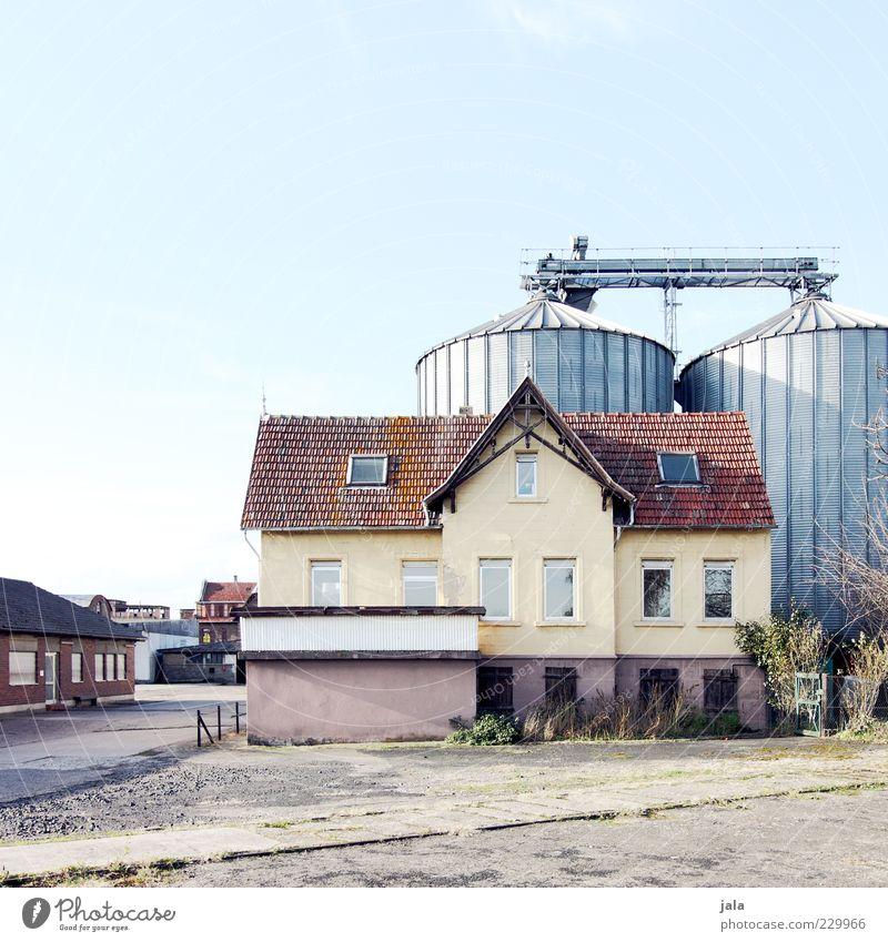 dienstwohnung Himmel Haus Industrieanlage Fabrik Bauwerk Gebäude Architektur trist Farbfoto Außenaufnahme Menschenleer Textfreiraum oben Hintergrund neutral Tag