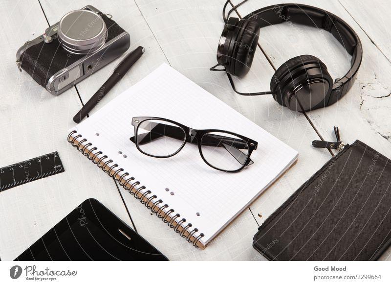 Arbeitsplatz mit Tablet PC, Notizblöcke, Kamera und Stift Ferien & Urlaub & Reisen alt weiß schwarz Holz Business Büro retro Aussicht Tisch Computer Fotografie