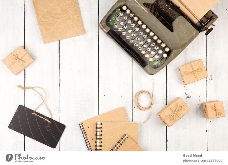 Vintage Schreibmaschine, Notizblöcke, Geschenkboxen und Mini-Tafel alt weiß Holz Business oben Textfreiraum Büro retro Aussicht Tisch Buch Hinweisschild Papier