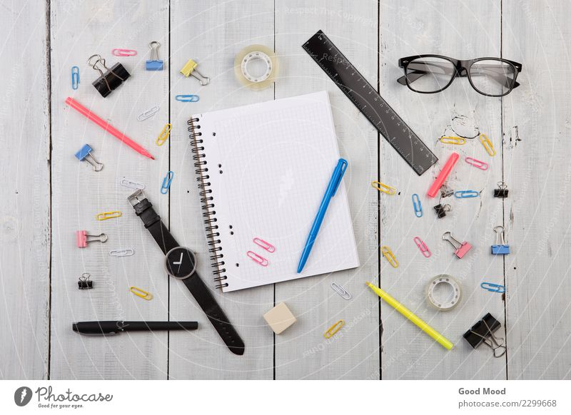 Arbeitsplatz mit Notizblock, Brille, Uhr, Stift alt weiß schwarz Holz Stil Business oben Arbeit & Erwerbstätigkeit Design Büro retro modern Aussicht Tisch Buch