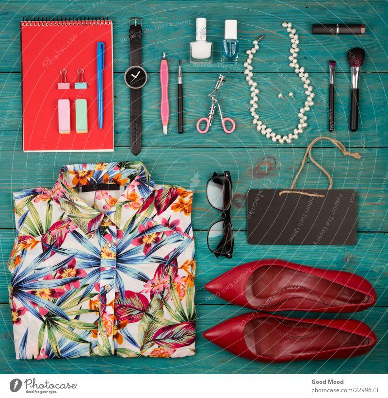 Verkaufskonzept - Satz Frauenmaterial auf blauem hölzernem Hintergrund rot Erwachsene Holz Stil Business Mode Ausflug elegant Aussicht Schuhe Bekleidung kaufen