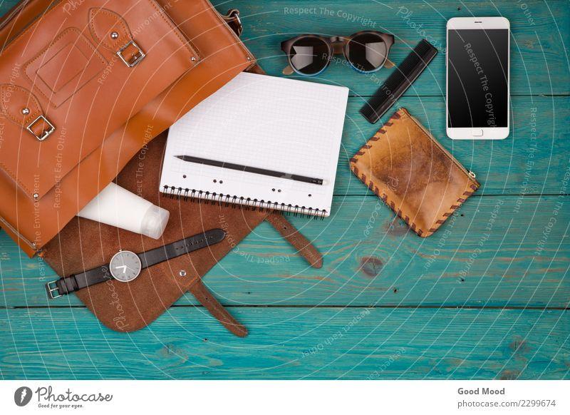 Reisekonzept - Frauen stellten mit Tasche ein Ferien & Urlaub & Reisen Erwachsene Holz Stil Business Mode Ausflug Aussicht kaufen beobachten Telefon