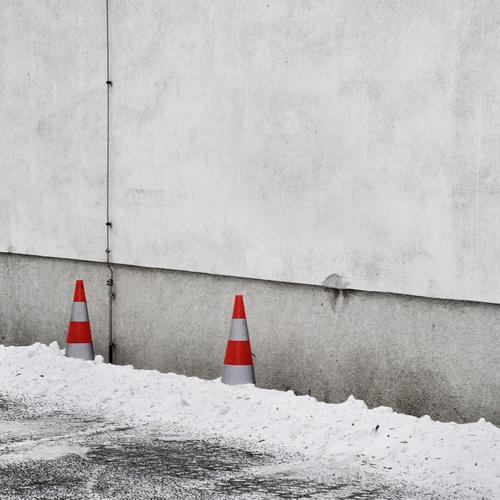 Winter adé Klima Wetter Eis Frost Schnee Fassade Schilder & Markierungen kalt Kegel Barriere Parkplatz Stellplatz Parkverbot grau weiß rot minimalistisch 2