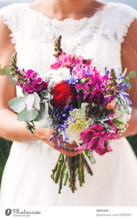 Weddingday Feste & Feiern Hochzeit feminin Junge Frau Jugendliche Erwachsene Partner Hand Mode Kleid Accessoire Blühend Küssen leuchten violett rosa rot Glück