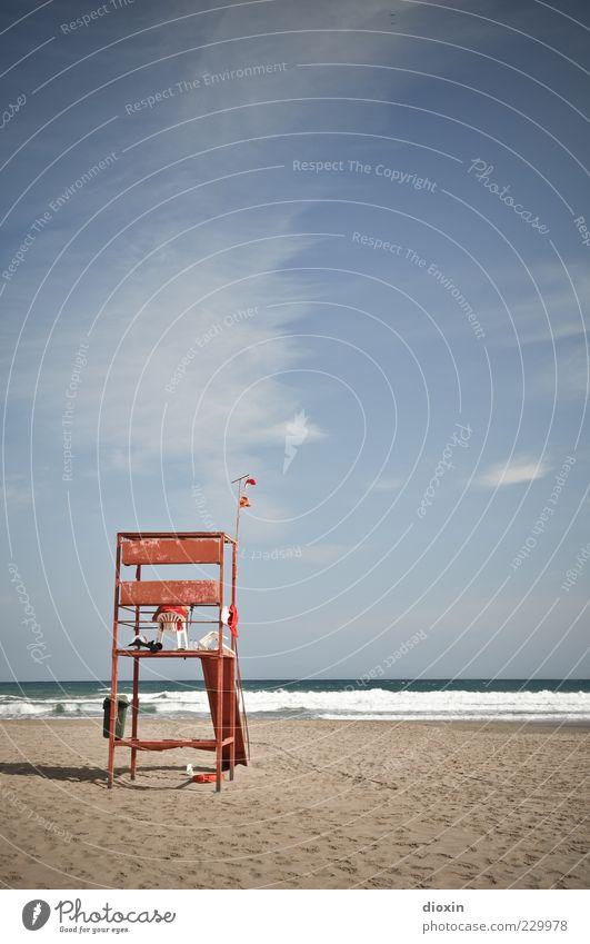 zur schönen Aussicht Himmel Meer Strand Wolken Wellen sitzen warten Schönes Wetter Wachsamkeit Brandung Hochsitz bewachen Strandposten Sandstrand Rettungsschwimmer Wolkenschleier
