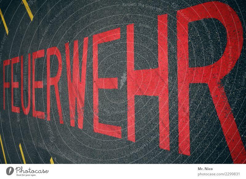 feuerWEHR Arbeit & Erwerbstätigkeit Verkehrswege rot Verkehrszeichen Zeichen Schriftzeichen Schilder & Markierungen Asphalt Strukturen & Formen Parkverbot